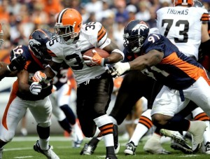 Cleveland Browns Jerome Harrison (C) is tackled by Denver Broncos Wesley Woodyard (L) and Ronald Fields (R) for a loss during their NFL football game in Denver, Colorado September 20, 2009. (REUTERS/Mark Leffingwell)