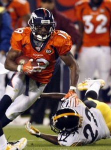 Denver Broncos wide receiver Eddie Royal (L) eludes a tackle by Pittsburgh Steelers cornerback William Gay in the first quarter of their NFL football game in Denver November 9, 2009. (REUTERS/Rick Wilking)