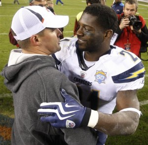 Josh McDaniels and Ladainian Tomlinson chat postgame.  (AP Photo/Jack Dempsey)