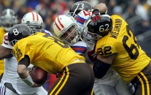 Casey Wiegmann battles to save Kyle Orton from a sack. (Reuters/Mark Leffingell).