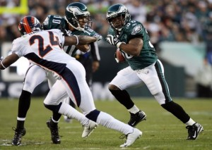 Brian Westbrook runs the ball towards Champ Bailey during a 2009 game. (Photo by Jim McIsaac/Getty Images)